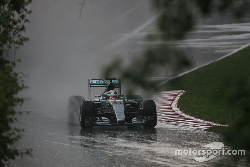 Lewis Hamilton, Mercedes AMG F1 W06, fährt im verregneten zweiten Training hinaus auf die Strecke
