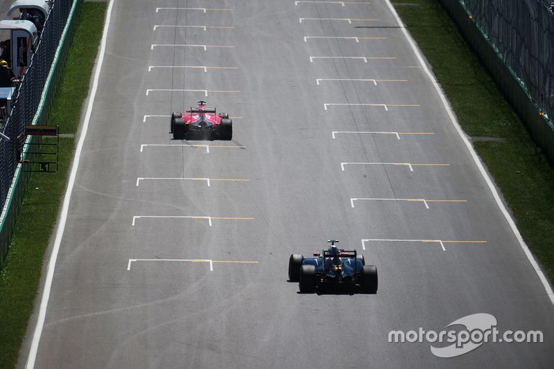 Kimi Raikkonen, Ferrari SF15-T memimpin Pastor Maldonado, Lotus F1 E23