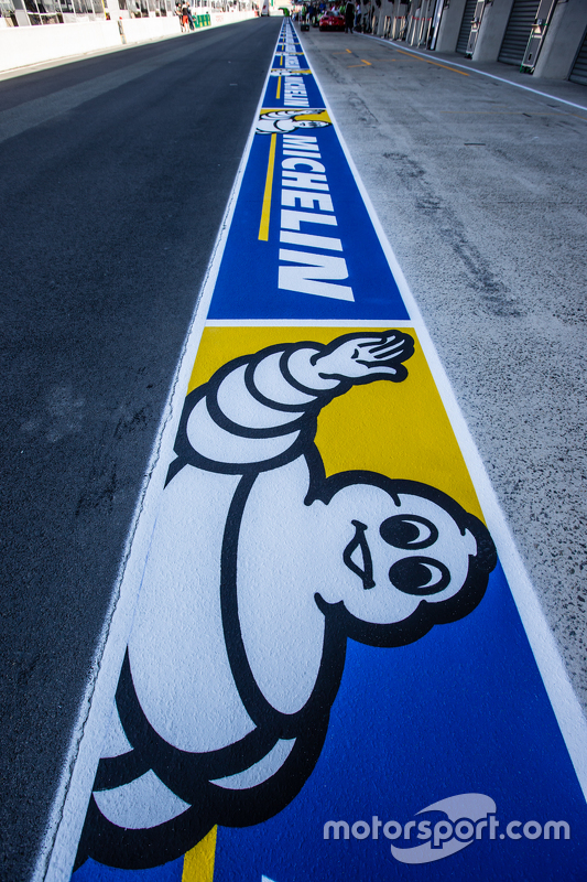Michelin-Werbung in der Boxengasse