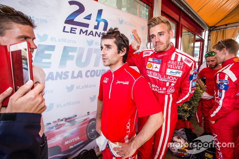 Rebellion Racing: Nicolas Prost gibt ein Interview, Dominik Kraihamer witzelt im Hintergrund