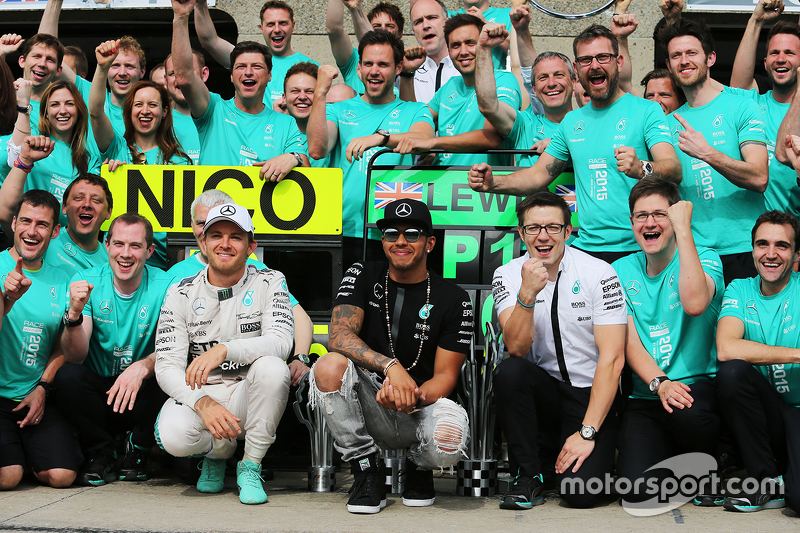 Race winner Lewis Hamilton, Mercedes AMG F1 celebrates with second placed team mate Nico Rosberg, Mercedes AMG F1, Mercedes AMG F1 Race Engineer (Right), and the team