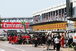 Romain Grosjean, Lotus F1 E23, lors d'un arrêt au stand imprévu