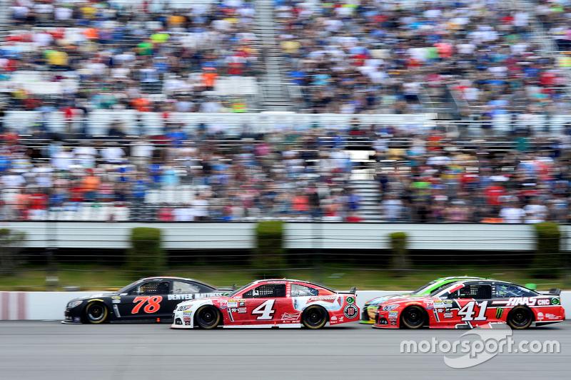 Мартін Труекс мол., Furniture Row Racing Chevrolet та Кевін Харвік та Курт Буш, Stewart-Haas Racing