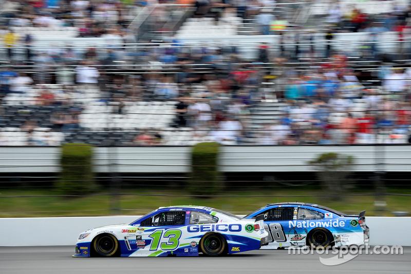 Casey Mears, Germain Racing Chevrolet dan Dale Earnhardt Jr., Hendrick Motorsports Chevrolet