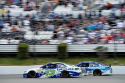 Casey Mears, Germain Racing, Chevrolet, und Dale Earnhardt jr., Hendrick Motorsports, Chevrolet
