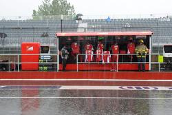 La pluie tombe sur le muret des stands Ferrari