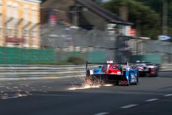 Funken fliegen hinter dem #21 Nissan Motorsports, Nissan GT-R LM NISMO: Tsugio Matsuda, Lucas Ordone