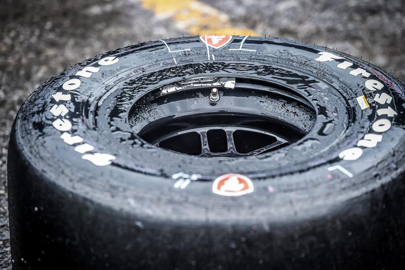 Ein feuchter Firestone-Reifen