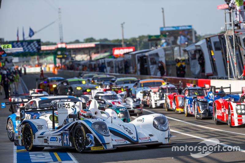 Cars line up in піт-лейн для Saturday warm-up