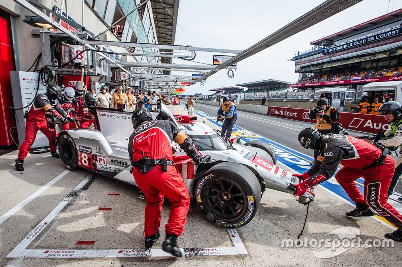 #8 Audi Sport Team Joest Audi R18 e-tron quattro: Lucas di Grassi, Loic Duval, Oliver Jarvis di pit dengan kerusakan