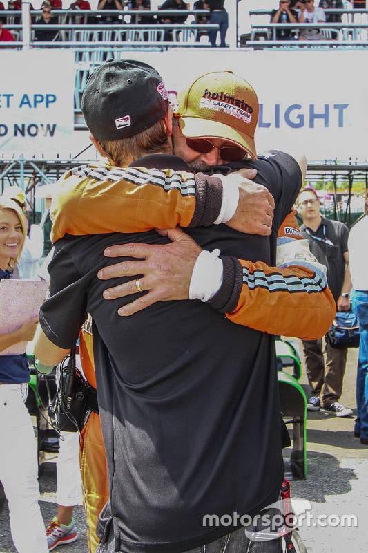 James Hinchcliffe é abraçado por um membro da Holmatro Safety Team