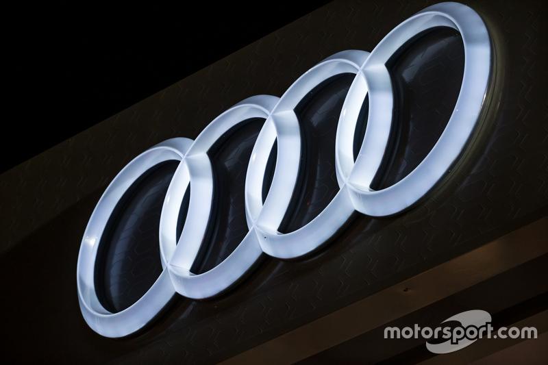 Logo lit up Audi di malam hari