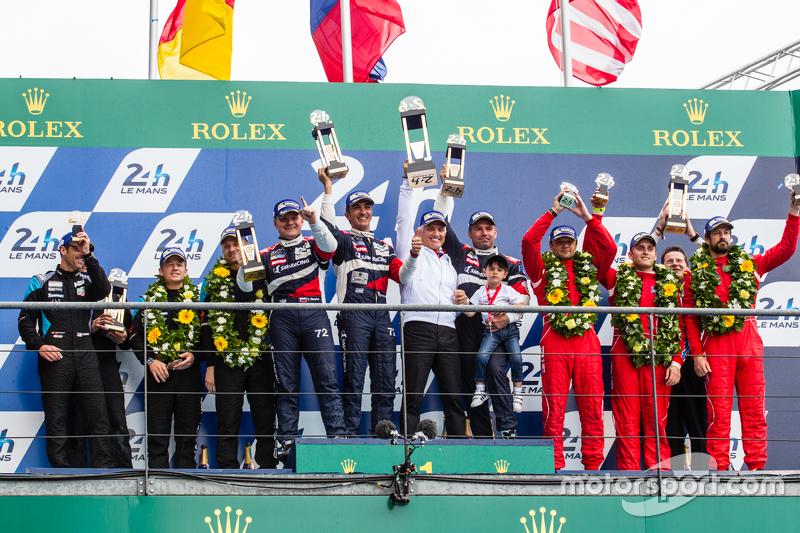 LMGT-Am-Podium: Klassensieger #72 SMP Racing, Ferrari 458 GTE: Andrea Bertolini, Viktor Shaitar, Alexey Basov mit SMP-Besitzer Boris Rotenberg; 2. #77 Dempsey Proton Competition, Porsche 911 RSR: Patrick Dempsey, Patrick Long, Marco Seefried