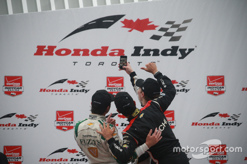 Podium: Race winner Josef Newgarden, CFH Racing Chevrolet, second place Luca Filippi, CFH Racing Chevrolet and third place Helio Castroneves, Team Penske Chevrolet take a selfie