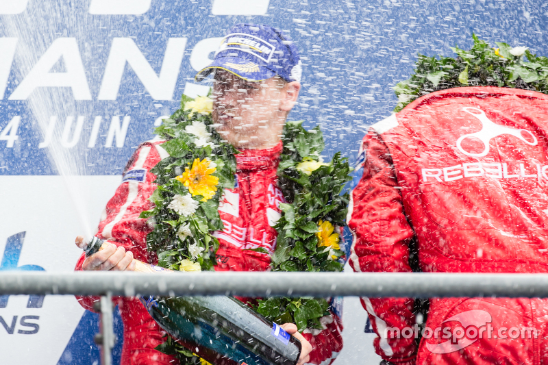 LMP1-Privatier-Podium: Rebellion Racing, Fahrer feiern mit Champagner