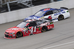 Kurt Busch, Stewart-Haas Racing Chevrolet y Trevor Bayne, Roush Fenway Racing Ford