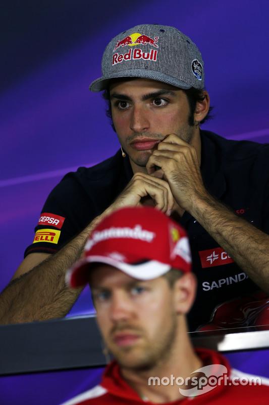 Carlos Sainz jr., Scuderia Toro Rosso, und Sebastian Vettel, Ferrari, in der FIA-Pressekonferenz