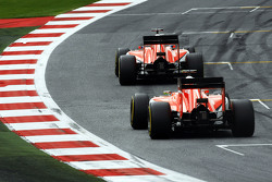 Will Stevens, Manor F1 Team, precede il compagno di squadra Roberto Merhi, Manor F1 Team