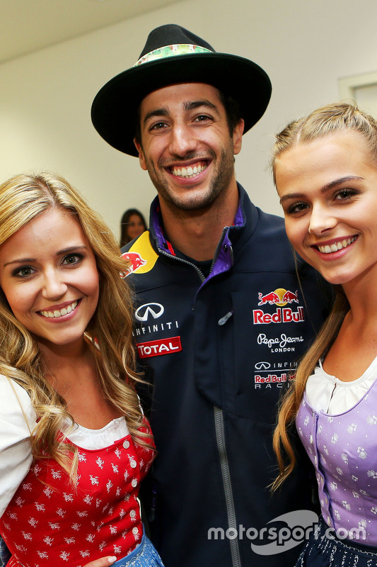 Daniel Ricciardo, Red Bull Racing, mit Formula-Una-Girls