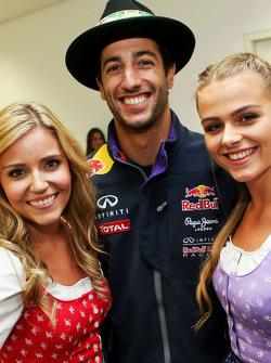 Daniel Ricciardo, Red Bull Racing, mit Formula-Una-Girls
