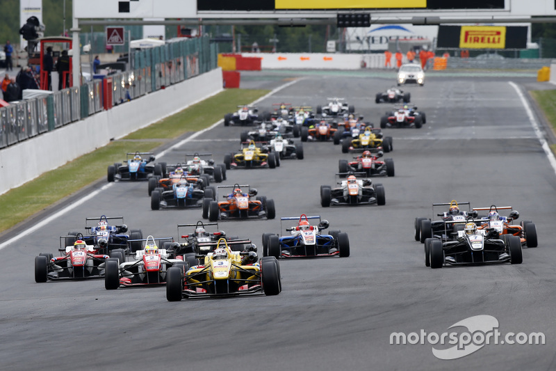 Start: Antonio Giovinazzi, Jagonya Ayam bersama Carlin Dallara F312 Volkswagen memimpin