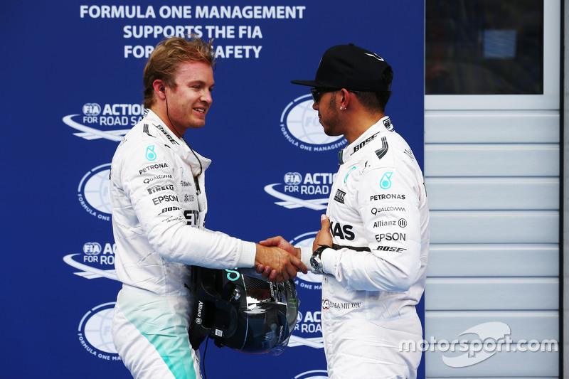 2. Nico Rosberg, Mercedes AMG F1, mit Teamkollege Lewis Hamilton, Mercedes AMG F1, der auf der Pole-