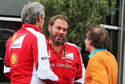 Maurizio Arrivabene, director del equipo Ferrari con Gino Rosato, Ferrari y Jacques Villeneuve,