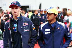 Daniil Kvyat, Red Bull Racing, mit Felipe Nasr, Sauber F1 Team, bei der Fahrerparade
