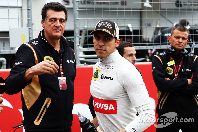 Pastor Maldonado, Lotus F1 Team with Federico Gastaldi, Lotus F1 Team Deputy Team Principal on the grid