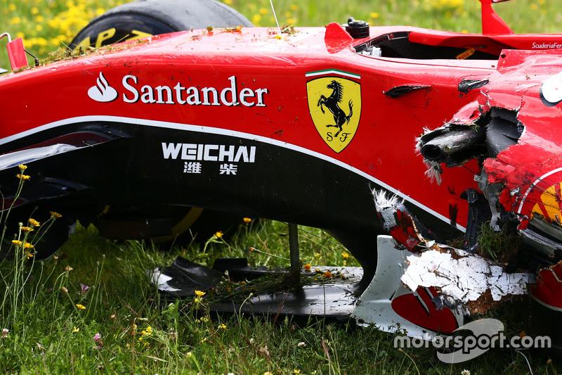Der beschädigte Ferrari SF15-T von Kimi Räikkönen, Ferrari, nach seinem Ausfall