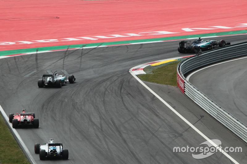 Nico Rosberg, Mercedes AMG F1 W06, vor Teamkollege Lewis Hamilton, Mercedes AMG F1 W06; Sebastian Ve