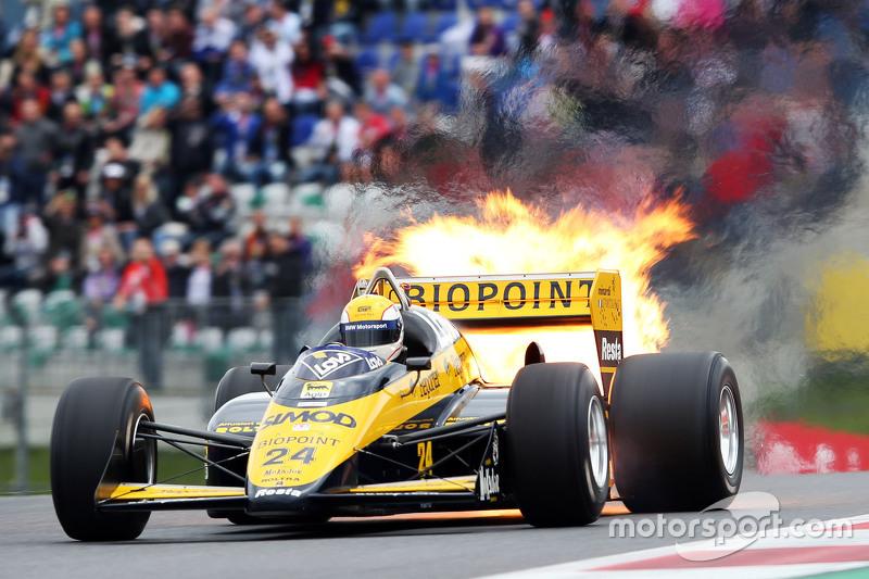 П'єрлуіджі Мартіні, в Minardi M186-01 на Параді Легенд suffers a fire