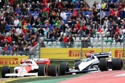 Niki Lauda, Mercedes Non-Executive Chairman di McLaren MP4/2, dan Nelson Piquet, di Brabham BT52 di