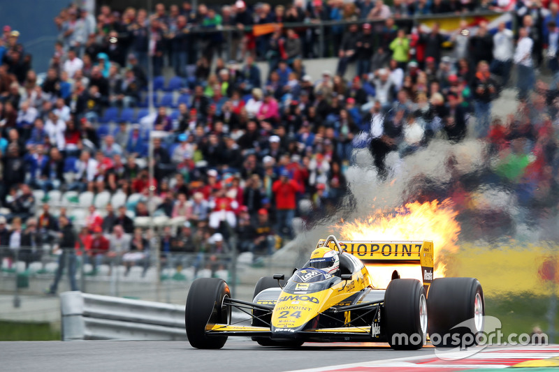 Pierluigi Martini, dans la Minardi M186-01, en feu lors de la parade des Légendes