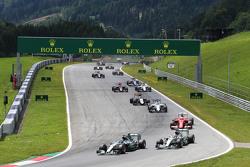 Нико Росберг, Mercedes AMG F1 W06 едет впереди напарника по команде - Льюиса Хэмилтона, Mercedes AMG