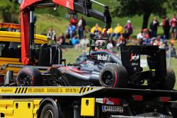 سيارة المنسحب من السباق فرناندو ألونسو، مكلارن أم.بي4-30 في طريقها إلى منطقة الصيانة على متن إحدى الشاحنات