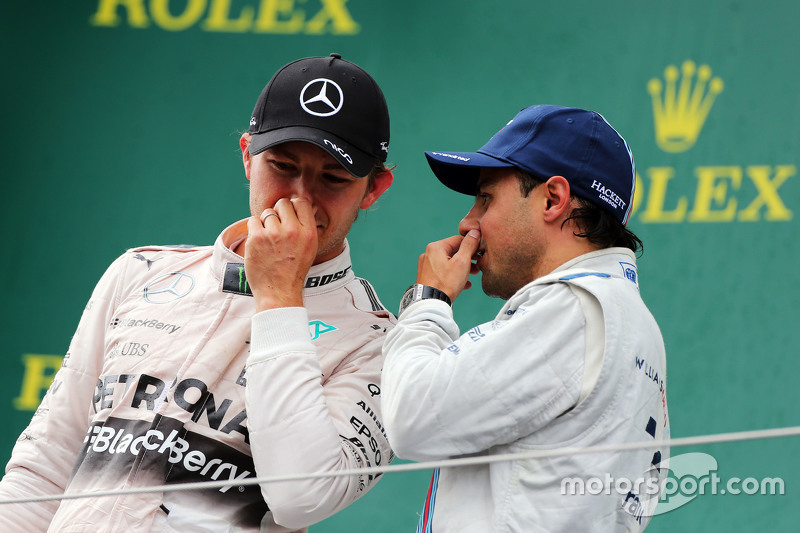 Il vincitore Nico Rosberg, Mercedes AMG F1, sul podio con il terzo classificato Felipe Massa, Williams