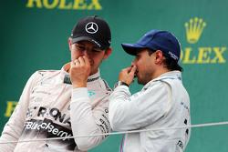 Il vincitore Nico Rosberg, Mercedes AMG F1, sul podio con il terzo classificato Felipe Massa, Williams