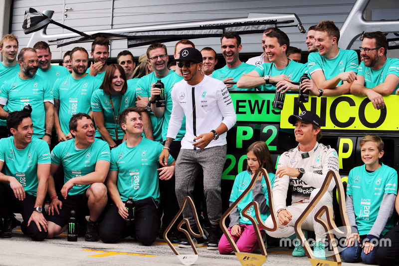 Race winner Nico Rosberg, Mercedes AMG F1 and team mate Lewis Hamilton, Mercedes AMG F1 celebrate with the team