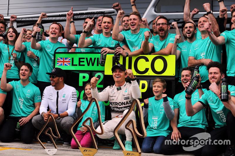 1. Nico Rosberg, Mercedes AMG F1, und Teamkollege Lewis Hamilton, Mercedes AMG F1, feiern mit dem Te