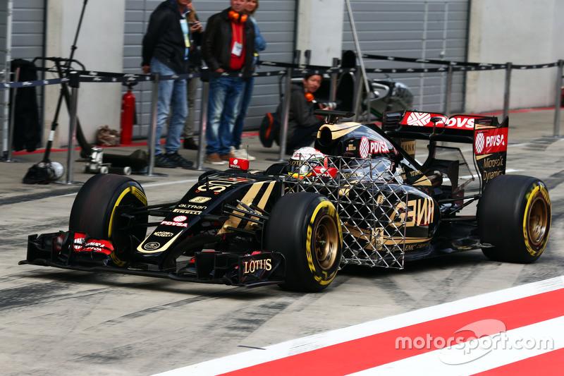 Romain Grosjean, Lotus F1 E23, fährt mit Messgeräten am Auto