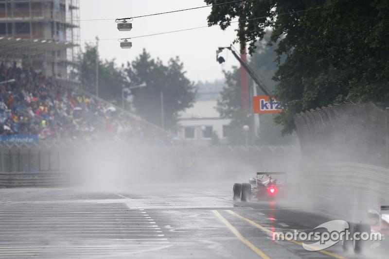 Out lap to the Стартова решітка, 30 Каллум IІлотт, Carlin Dallara Volkswagen