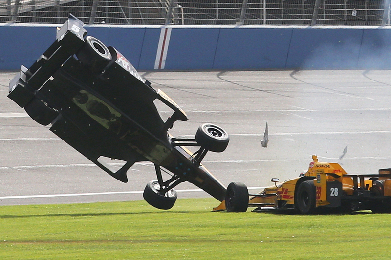 Ryan Briscoe, Schmidt Peterson Motorsports Honda and Ryan Hunter-Reay, Andretti Autosport Honda in huge crash