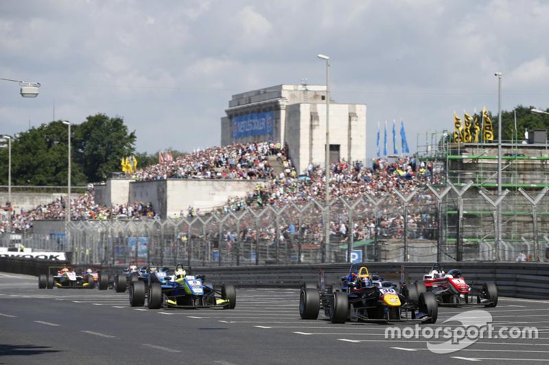30 Callum Ilott, Carlin Dallara Volkswagen dan 8 Alessio Lorandi, Van Amersfoort Racing Dallara Volk