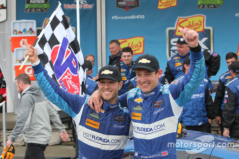 Para juara balapan #90 VisitFlorida.com Racing Corvette DP: Richard Westbrook, Michael Valiante