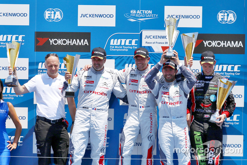 Podium: 1. Sébastien Loeb, Citroën C-Elysée WTCC, Citroën World Touring Car Team; 2. Yvan Muller, Citroën C-Elysée WTCC, Citroën World Touring Car Team, und 3. Jose Maria Lopez, Citroën C-Elysée WTCC, Citroën World Touring Car Team