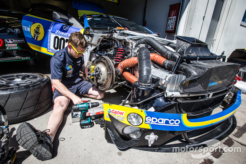 #7 Aston Martin Racing, Aston Martin Vantage GT3, die Crew arbeitet