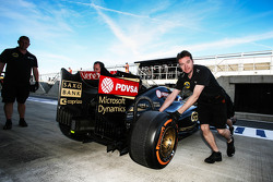 Джолио Палмер, тестовый и резервный пилот Lotus F1 E23 в боксах