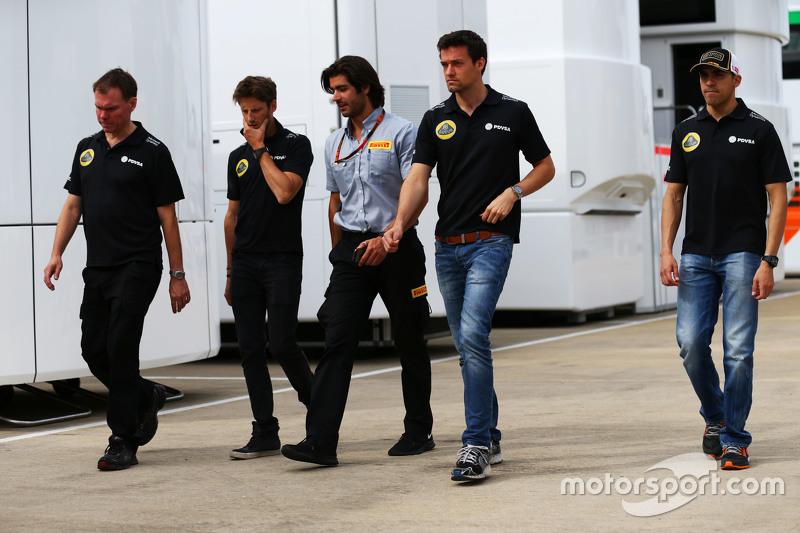 Alan Permane, Lotus F1 Team Trackside Operations Director with Romain Grosjean, Lotus F1 Team; Pirel
