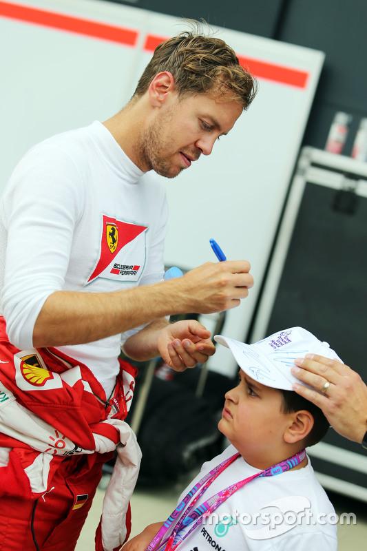 Sebastian Vettel, Ferrari bersama a young fan
